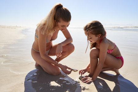 Mother And Daughter On Summer Vacation Playing On Beach Together Banque d'images