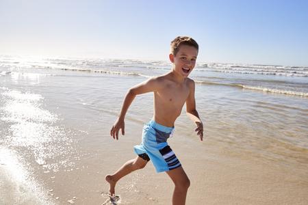 Ritratto del ragazzo che passa le onde sulle vacanze estive Archivio Fotografico - 97943961