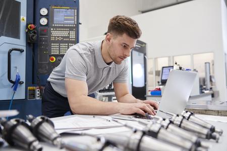ラップトップで CAD プログラミング ソフトウェアを使用する男性エンジニア