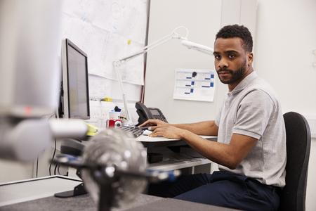 Male Engineer Uses CMM Coordinate Measuring Machine In Factory Banco de Imagens - 99607022