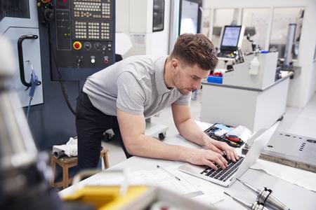 노트북에서 CAD 프로그래밍 소프트웨어를 사용하는 남성 엔지니어