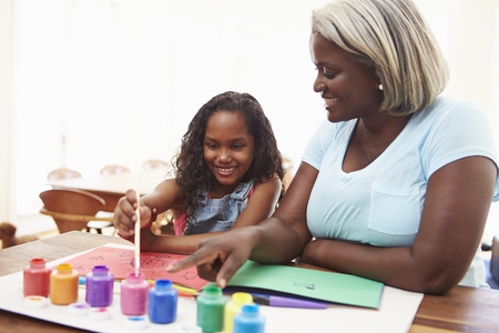 Grandmother Painting Picture With Granddaughter At Home Banque d'images - 101641279