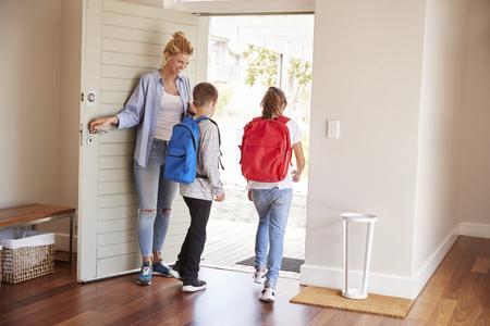 Moeder Krijgt Kinderen Klaar Om Huis Te Verlaten Voor School Stockfoto