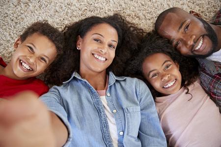 Standpunt Schot Van Ouders En Kinderen Die Voor Selfie Poseren Stockfoto