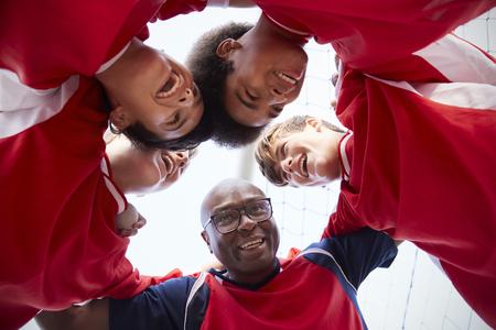 ángulo de visión baja de los jugadores de fútbol de alto nivel masculino y equipo que tiene equipo hablar