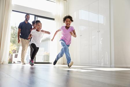 Famille excitée explorant une nouvelle maison le jour du déménagement