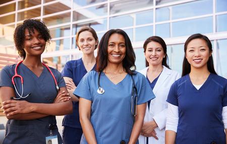 Vrouwelijke gezondheidszorgcollega's die zich buiten het ziekenhuis bevinden