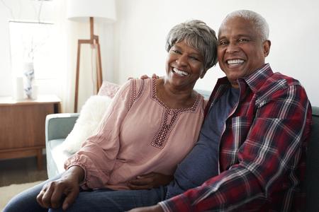 Portret Van Liefdevolle Senior Paar Ontspannen Op De Bank Thuis Stockfoto