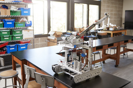 Robotic Vehicle On Desk In Empty Science Classroom Banque d'images - 105086136