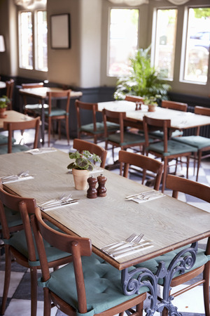 Tables Laid For Service In Empty Restaurant Stockfoto
