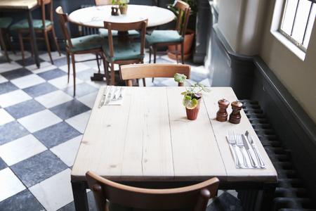mesas dispuestas para servicio en el restaurante vacío