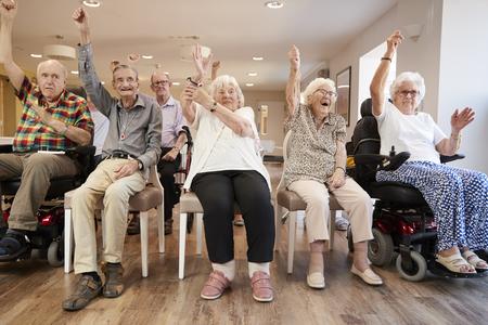 Grupo de personas mayores disfrutando de la clase de gimnasia en la casa de retiro