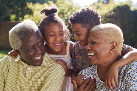 Senior pareja negra y nietos al aire libre, cerrar