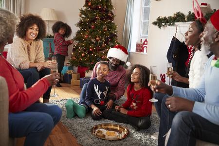 Familia de varias generaciones celebran la Navidad en casa juntos Foto de archivo