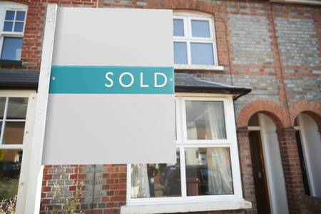 Real Estate Sold Board Outside Terraced House Фото со стока - 113920242