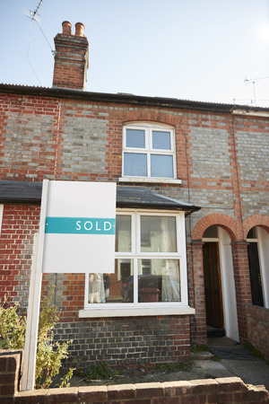 Real Estate Sold Board Outside Terraced House Stockfoto - 113940579