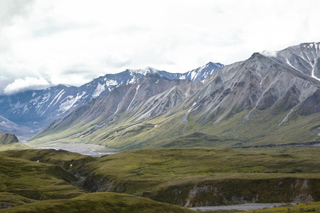 Dry River Bed Running Through Valley Between Mountains In Alaska Imagens