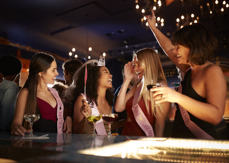 Group Of Female Friends Celebrating With Bride On Hen Party In Bar Banque d'images - 118103023