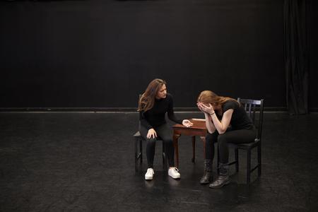 Dos estudiantes de teatro femenino en la escuela de artes escénicas en clase de improvisación de estudio