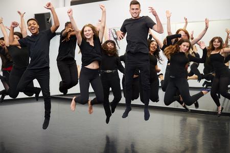 Mannelijke en vrouwelijke studenten aan de Performing Arts School oefenen Streetdance in Studio Stockfoto