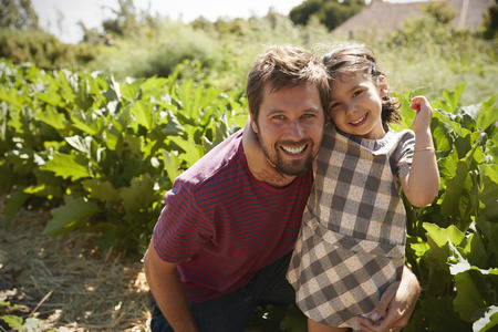 Portrait Of Father And Daughter Standing On Community Allotment Stockfoto