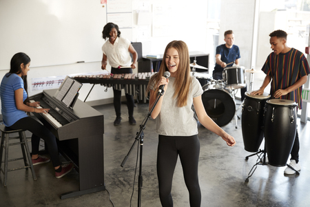 Students At Performing Arts School Playing In Band At Rehearsal Stockfoto