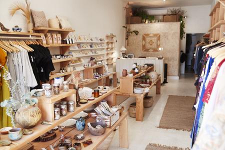 Wnętrze niezależnego sklepu z upominkami i modą bez klientów