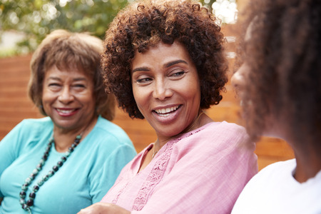 Drei Generationen weiblicher Familienmitglieder reden draußen Standard-Bild