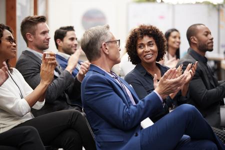 Groupe d'hommes d'affaires et de femmes d'affaires applaudissant la présentation à la conférence Banque d'images