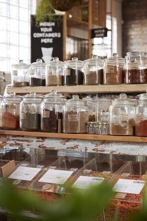 Visualización de especias en supermercado gratuito de envases de plástico sostenible