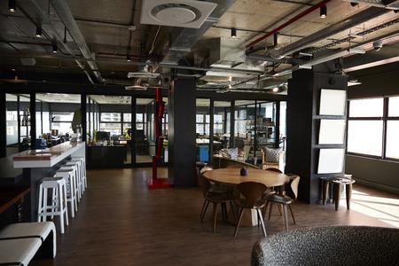 Bar- und Essbereich im Büro eines Kreativunternehmens, bei Tageslicht, keine Menschen Standard-Bild