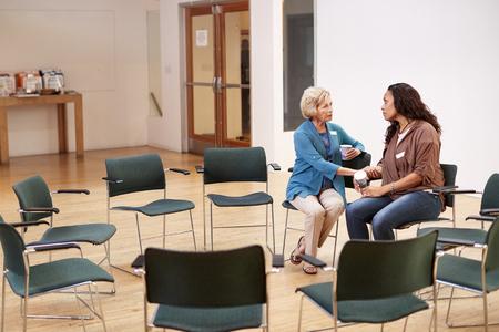 Twee vrouwen praten na een ontmoeting in het gemeenschapscentrum