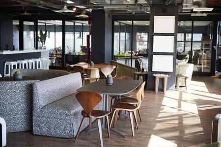 Möbel im Ess- und Casual-Meeting-Bereich eines kreativen Geschäfts bei Tageslicht, keine Menschen Standard-Bild