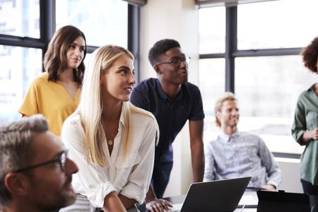 Kreatives Geschäftsteam hört Präsentation bei einem Brainstorming-Meeting zu, Nahaufnahme