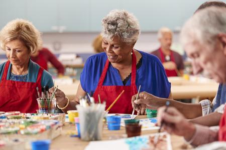 Pensionierte ältere Frau besucht Kunstunterricht im Gemeindezentrum