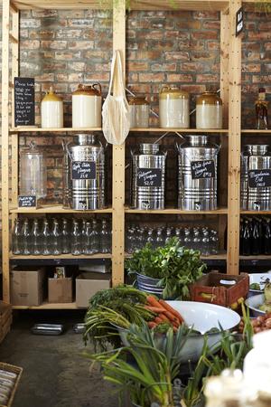 Dispensers voor azijn in duurzame plasticvrije supermarkt
