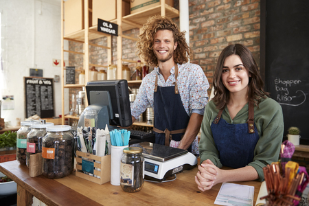 Portrait Of Male And Female Owners Of Sustainable Plastic Free Grocery Store Behind Sales Desk Banque d'images - 122609868