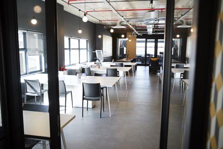 Essbereich im Büro eines Kreativunternehmens, von der Tür bei Tageslicht gesehen, keine Menschen
