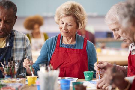 Retired Senior Woman Attending Art Class In Community Centre Reklamní fotografie - 122610145