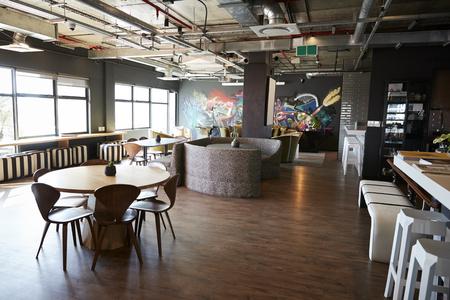 Essen und ungezwungener Besprechungsbereich im Büro eines kreativen Unternehmens, tagsüber, keine Leute Standard-Bild