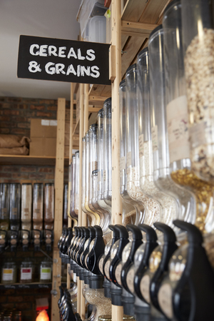 Dispensers For Cereals And Grains In Sustainable Plastic Free Grocery Store 免版税图像