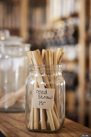 Close Up Of Reed Drinking Straws In Sustainable Plastic Free Grocery Store 版權商用圖片