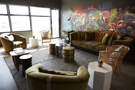 Lounge und zwangloser Besprechungsbereich im Büro eines kreativen Unternehmens, tagsüber, keine Menschen