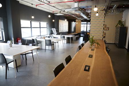 Holztheke im Essbereich eines kreativen Geschäfts bei Tageslicht, keine Menschen