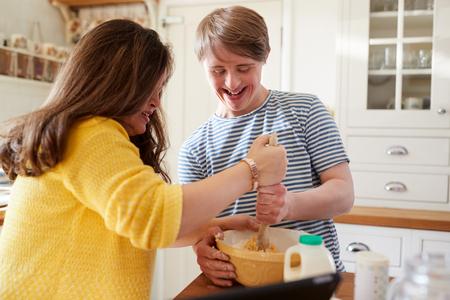 Les jeunes trisomiques Couple de cuisson dans la cuisine à la maison