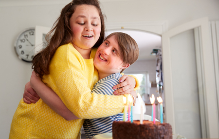 Young Downs Syndrome Couple Celebrating Birthday At Home With Cake Foto de archivo - 122714391