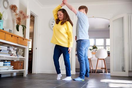 Jong Downs Syndroom Paar Plezier Samen Dansen Thuis