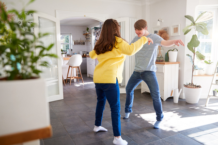 Young Downs Syndrome Couple Having Fun Dancing At Home Together Stockfoto - 122744611