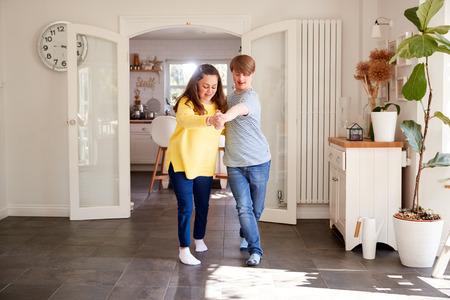 Jong Downs Syndroom Paar Plezier Samen Dansen Thuis Stockfoto