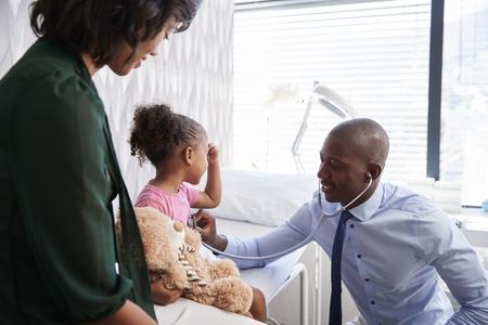 Madre, teniendo, hija, para, examen médico, en, consultorio médico
